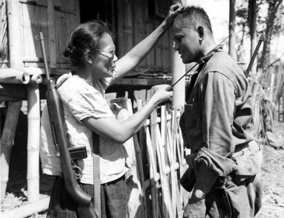 菲律賓的游擊隊Nieves Fernandez隊長,正在向美軍展示,在被日本佔領時,她是如何殺掉日本兵的。(1944年)