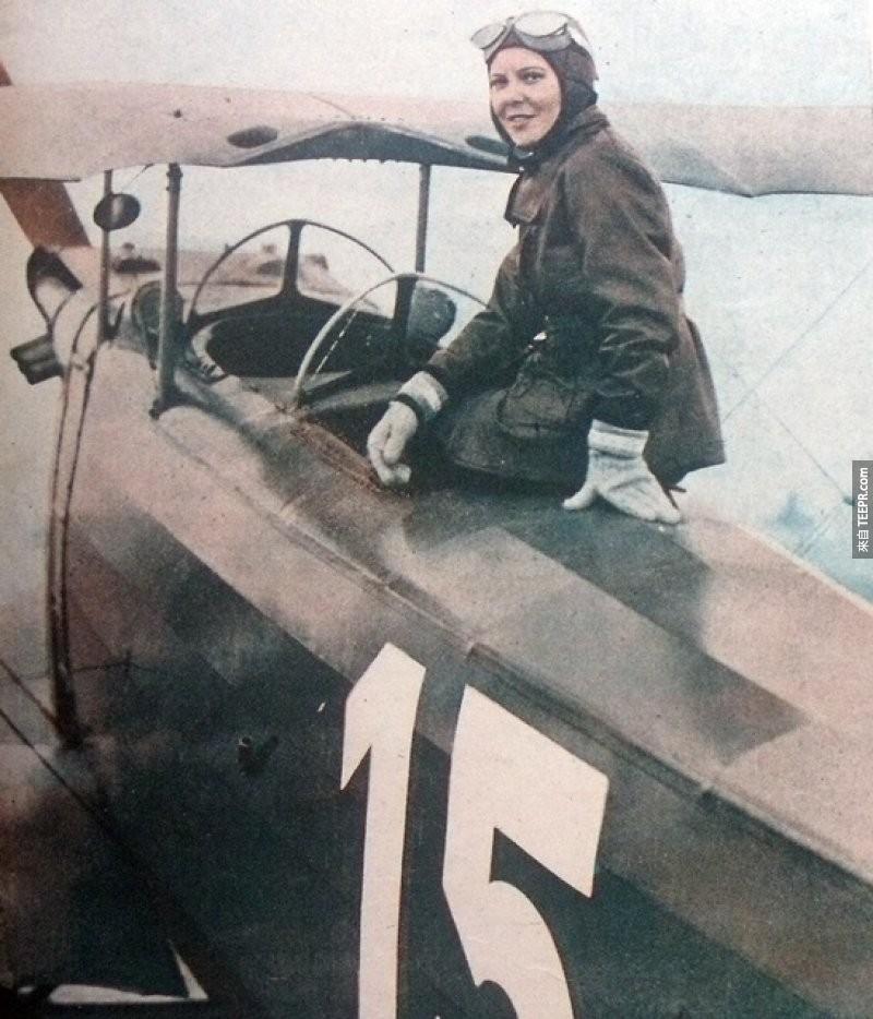 來自土耳其的Sabiha Gökçen和她的飛機,在1937年她成為了第一個女性戰鬥機駕駛。