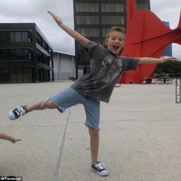 這名受到殺害的9歲的小朋友用最後一口氣跟他的弟弟說 我會永遠愛你。