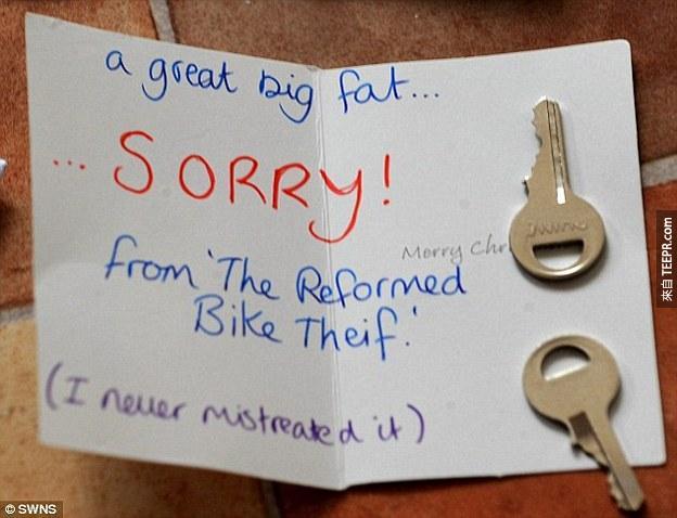 他的脚踏车被拴在路灯上,旁边的信封里头还有钥匙。