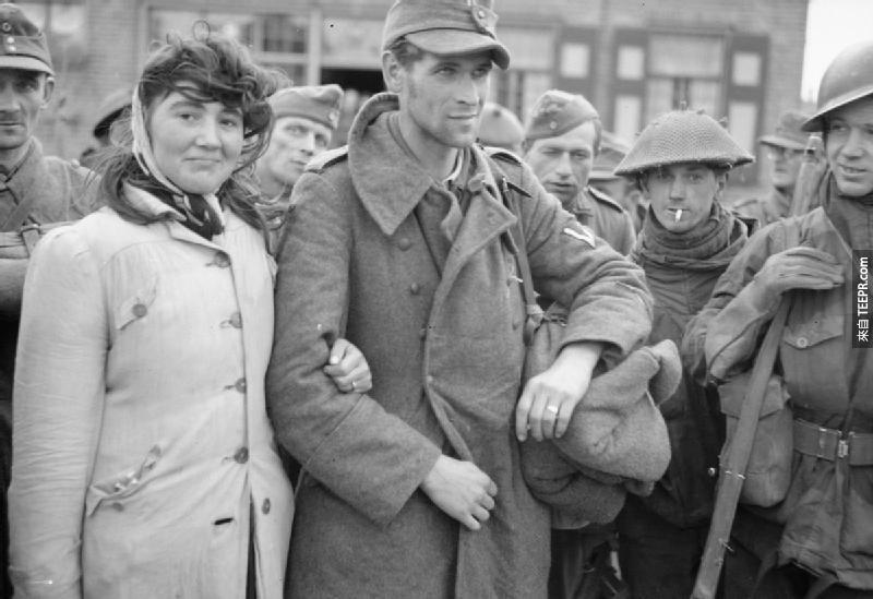 一位不願意離開她丈夫的荷蘭女人,在同盟國士兵抓住她後,這位女人跟著她一起被囚禁。(1944年)