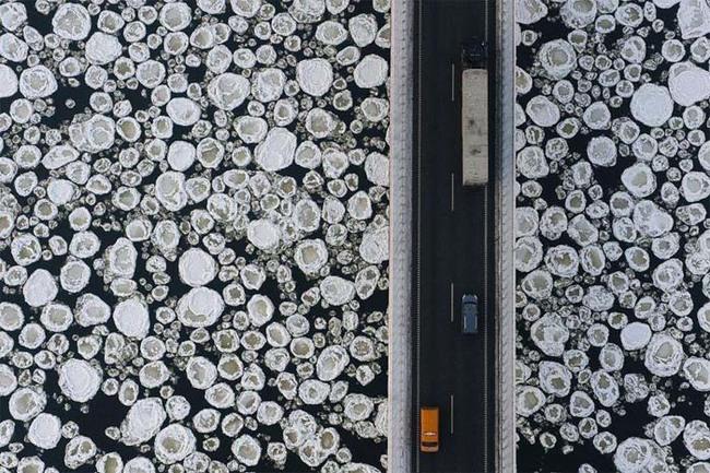 用空拍的方式鳥瞰橋上的冰霜。