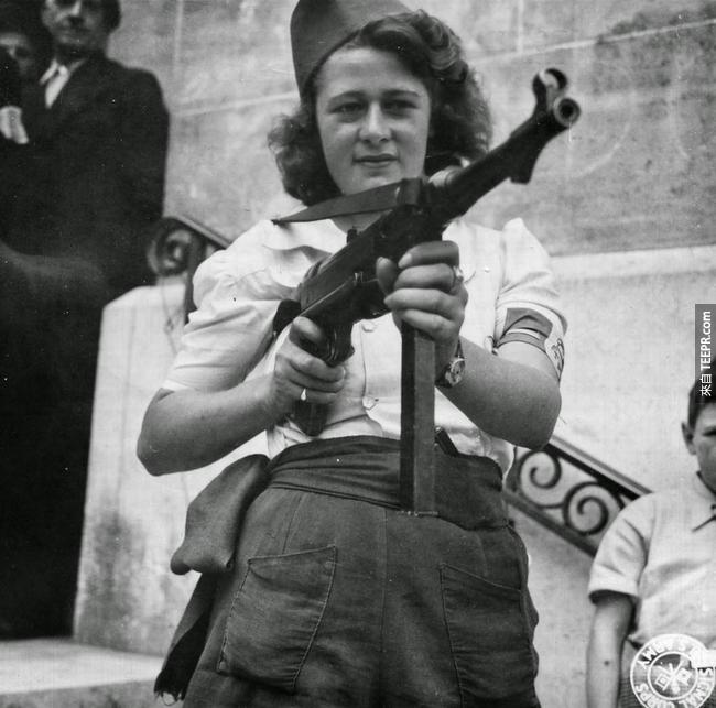 29.) Simone Segouin 拿著德國 MP 40 型號的槍支。