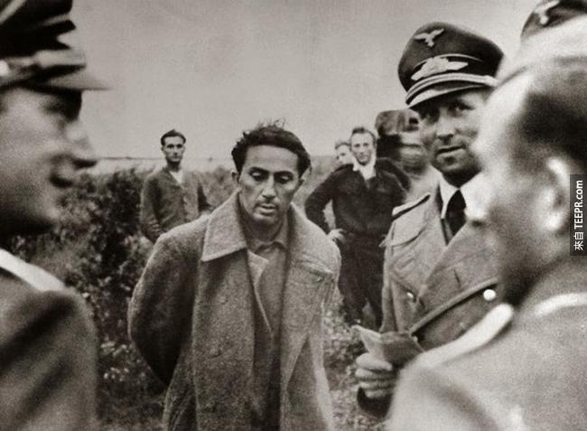 15.) 史達林的兒子 Yakov Dzhugashvili  被德國人拍下了這張照片後,在監獄被殺死了,1941。