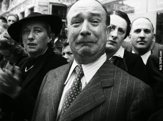 18.)一位法國人哭了,因為納粹的佔領,1940。