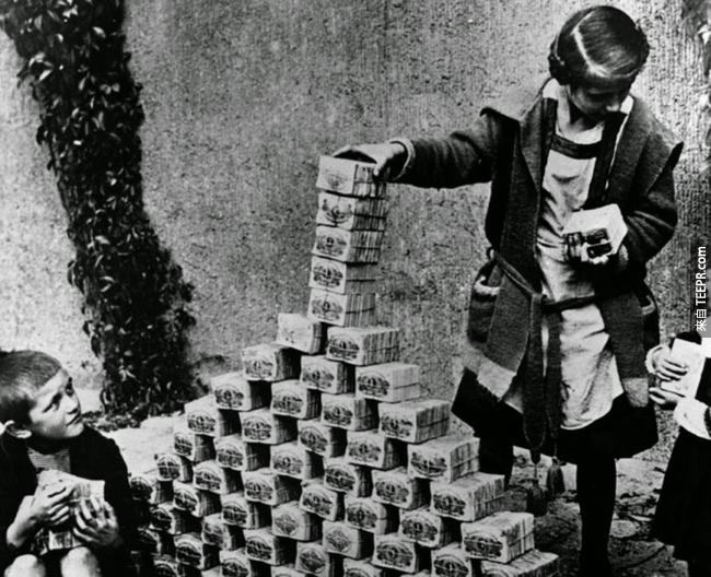 1.) 正值威瑪共和國時期的德國,遇上了惡性通貨膨脹,小孩們正在玩著一堆又一堆的錢,1922。