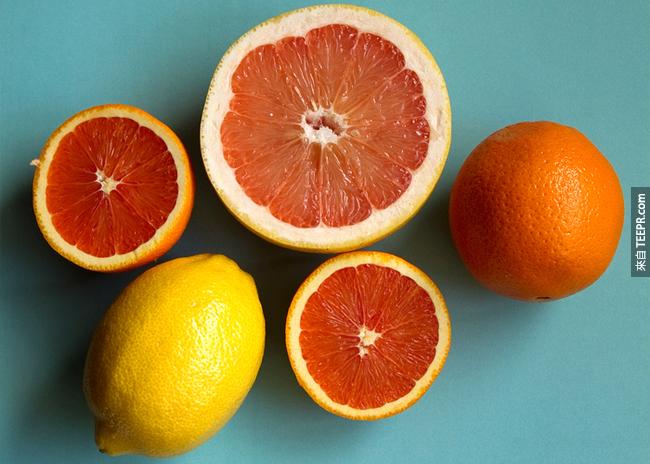 1. 柑橘類:雖然維他命C已經被證實,對於感冒沒什麼療效。但柑橘的果肉中確實有黃酮類化合物可以增強你的免疫力。