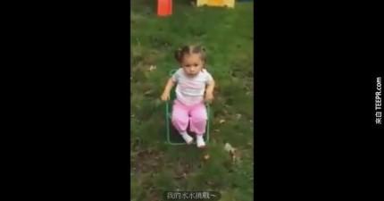這位直爽的2歲小妹妹的冰桶挑戰最後幾秒的2個字讓她立刻成為網路紅人。