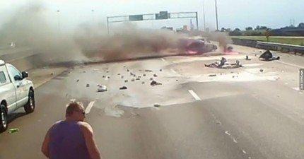 看到有人被困在起火快要爆炸的車子裡,這名卡車司機的舉動會讓你看得好感動!