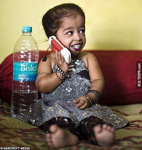 這不是電腦動畫,她真的是全世界最小的女生。真的超...小...的!