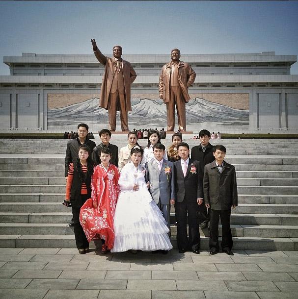 在兩位國家領導人銅像前的結婚紀念照。