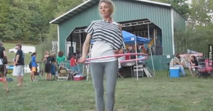 這名穿瑜伽褲的女生真的太會搖呼拉圈了。都被人偷拍下來了!