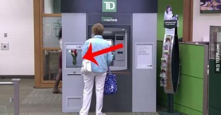 這家銀行的提款機給了這些客戶最感人的驚喜。