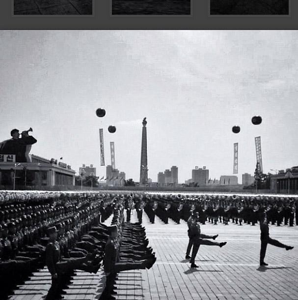 軍隊在金日成廣場上列對遊行。