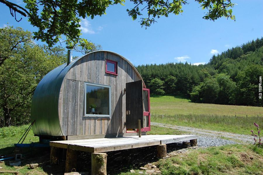 The Caban Crwn旅館是在英國馬漢萊斯(Machynlleth),旅館提供客人一個直接連接堆肥的廁所、淋浴間、液化石油氣的的爐灶、烤肉架跟飲料的冷藏箱,當然,還有絕美的大自然體驗。