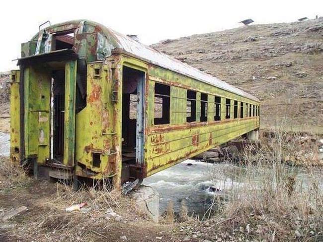用舊火車車廂當橋樑。