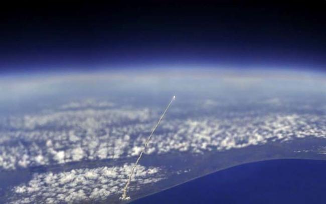 國際太空站拍下了雅特蘭提飛機穿梭在太空之間的畫面。