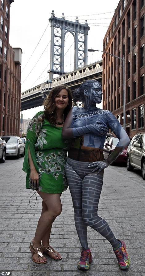 這些女生可以在紐約市裡變成透明人。來看看她們是怎麼做到的!