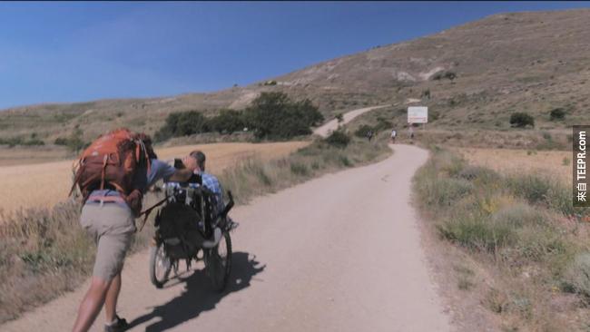 旅途是刻苦艱難的,好在有很多陌生人伸出了溫暖的援手。
