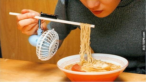 5. 吃湯麵的時候,真的需要電風扇,但也不必裝在筷子上啦!