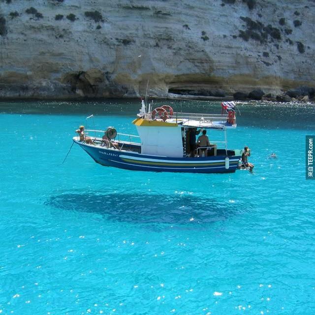 1. 這船應該不是漂浮在水面上的吧...