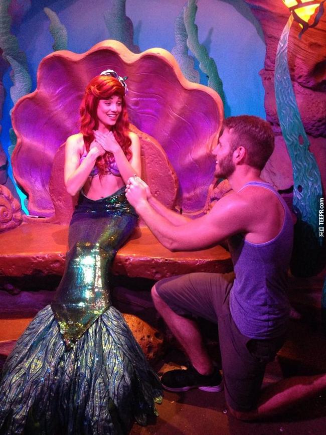 Blaine Gibson 最近和朋友去了一趟迪士尼遊樂園,那裡的遊樂設施和活動讓他和朋友感到有一點無聊。為了讓整趟旅程有趣一點,他們想出了一個好玩又有趣的點子。他們去附近的商店( Walmart )買了一個訂婚戒指...然後向每一位迪士尼公主求婚!