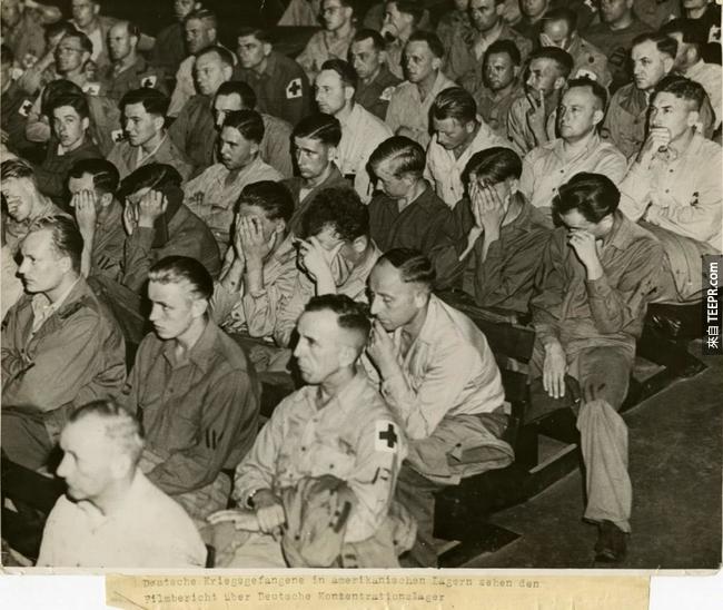 32.) 納粹黨士兵的反應就好像他們是被迫要專心看集中營影片。