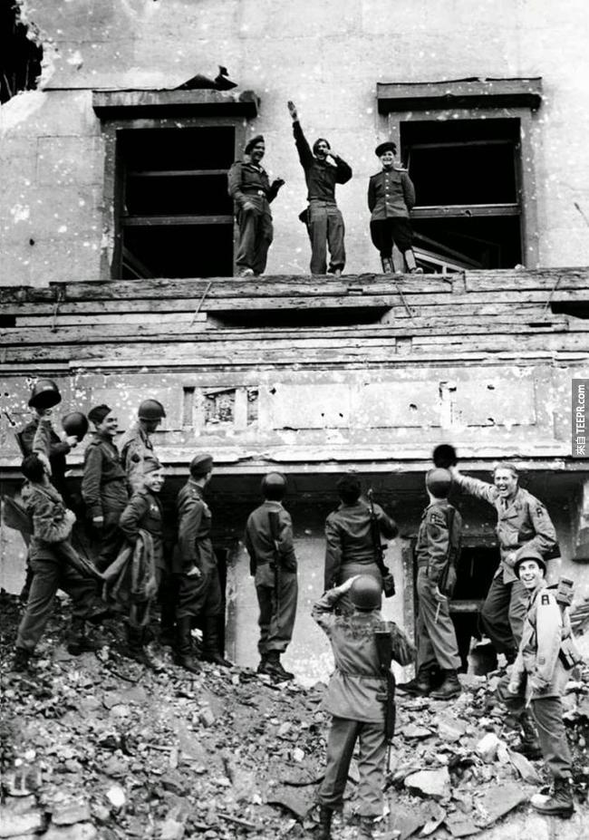 31.) 盟軍士兵嘲笑希特勒在帝國總理府的陽台,1945。