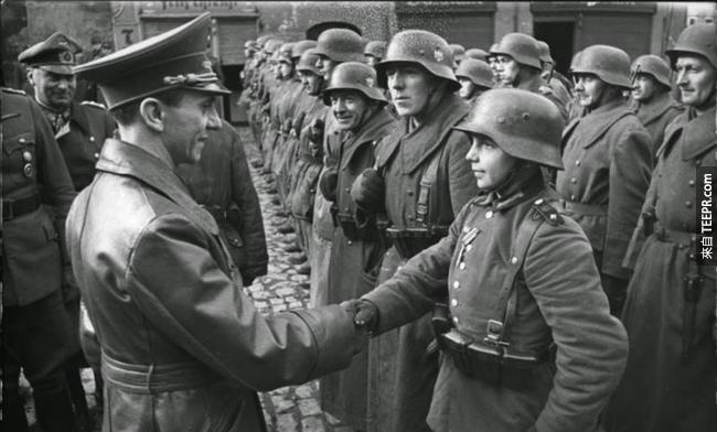 30.) Joseph Goebbels 和年輕新進的德國軍人, 1945。