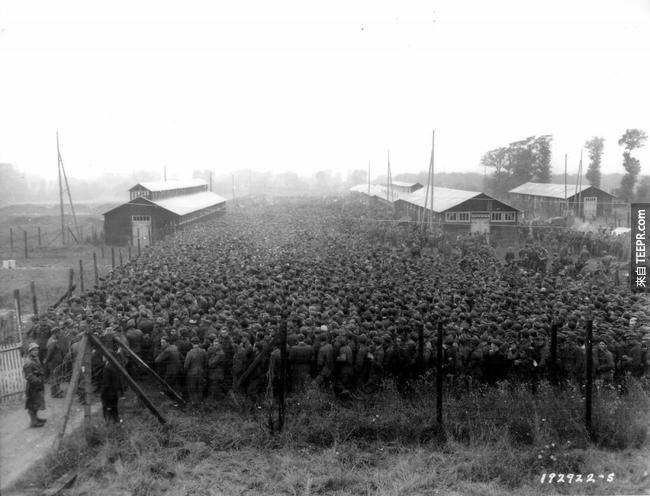 26.) 德國戰俘大量湧進戰俘營。