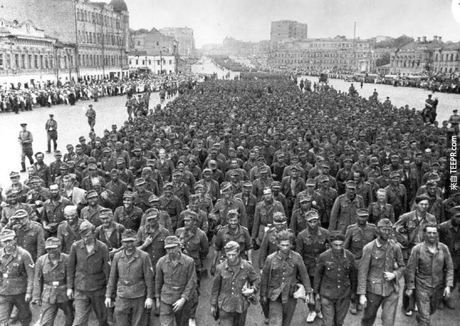 25.) 57,000 名德國戰俘在莫斯科的畫面,當時他們在白俄羅戰敗。