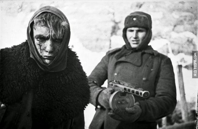 24.) 蘇聯在史達林格勒獲得勝利後,德國戰俘被士兵送離的畫面。