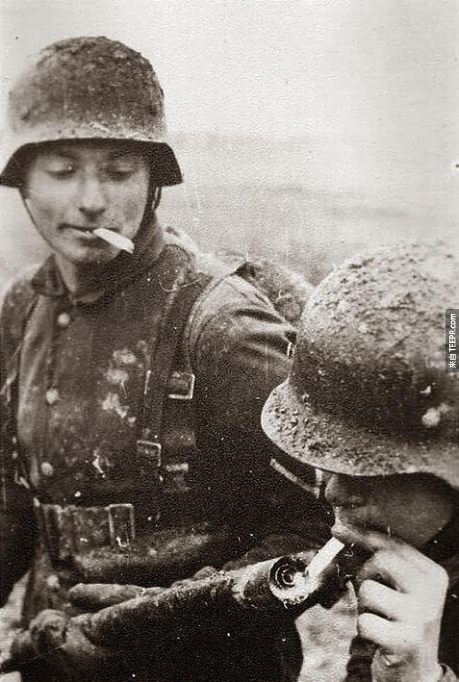 23.) 德國軍隊在東線戰場,會使用火焰噴射器點煙。