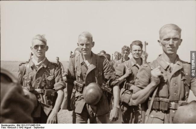 21.) 德國部隊行軍至史達林格勒,1942。