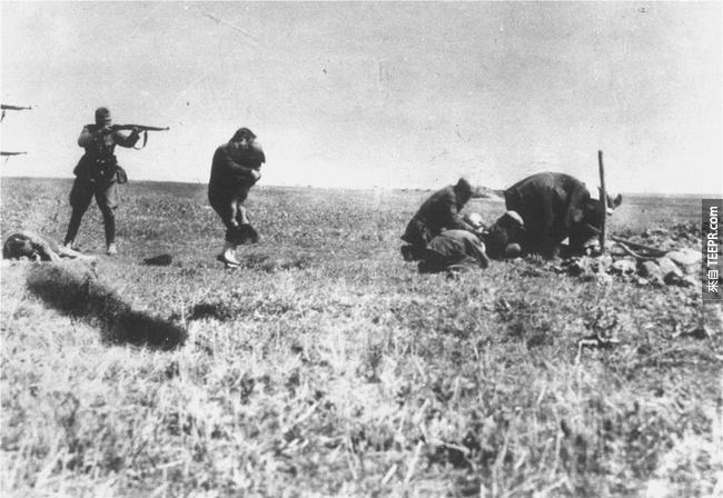 20.) 德國黨衛軍(敢死隊 )German Einsatzgruppen (death squads) 正在殺害烏克蘭猶太人, 1942。