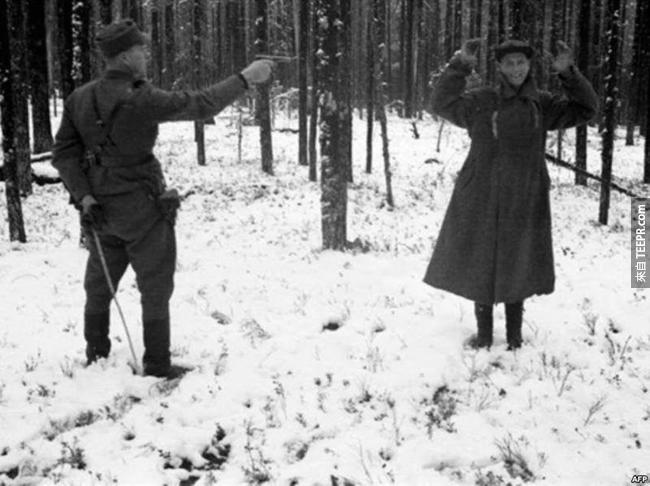 17.) 即將要被芬蘭人處死,這位俄羅斯間諜笑了。
