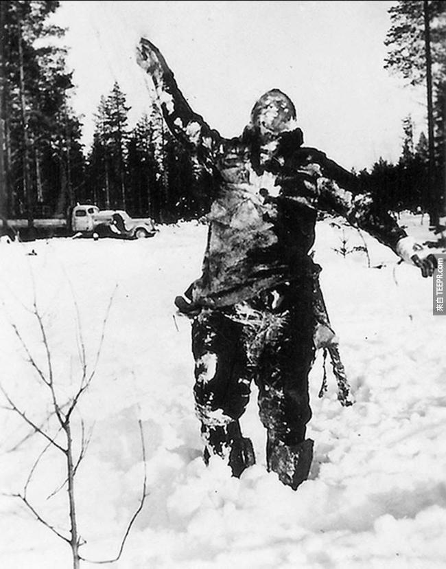 111.) 一個凍僵的蘇聯戰士看似被芬蘭士兵支撐住了,其實這都是蘇聯要入侵的心理戰。