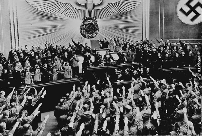 8.) 對希特勒投以掌聲與致敬的納粹黨軍隊,當時他們成功地併吞了奧地利,1938。