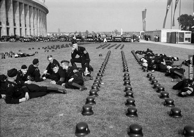 納粹黨軍隊參加柏林奧運的畫面,1936。