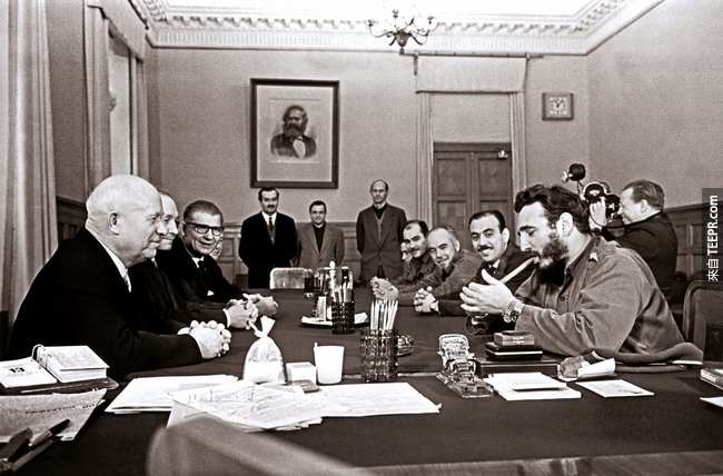 36.) Fidel Castro 和 Kremlin 見面時,瀟灑的抽著雪茄,手上帶著兩隻 Rolex , 1963。