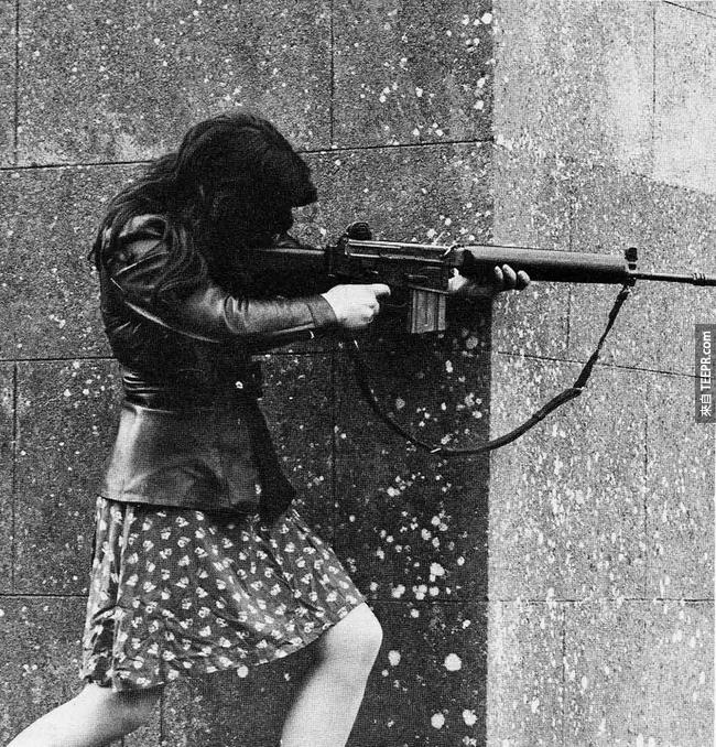 338.) 一名 IRA 女戰士拿著她的突擊步槍, 1970 年代。