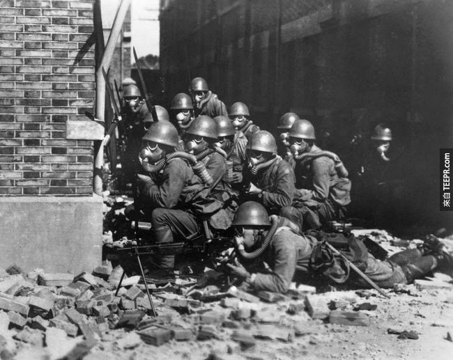 19.) 日本特種海軍陸戰隊的戰鬥畫面,當時他們戰爭正在上海如火如荼的進行中, 1937。