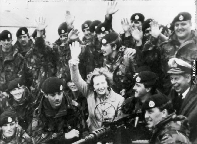 40.) 阿根廷在福克蘭戰爭投降後,撒切爾夫人( Margret Thatcher)和英國軍隊的合照。
