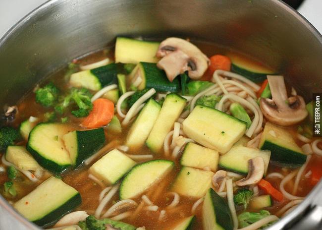 9. 肉湯:雞湯有一種稱為半胱胺酸的胺基酸,可以減少感冒時候鼻腔的黏液。9.) Broth soup: Classic chicken noodle includes an amino acid called cysteine which helps get rid of mucus build up when you have a cold.