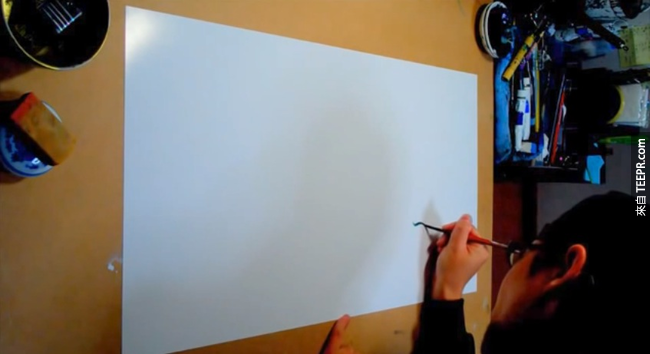 這位神一般的藝術家一筆劃就可以畫完一隻龍。只有看了影片你才會相信!