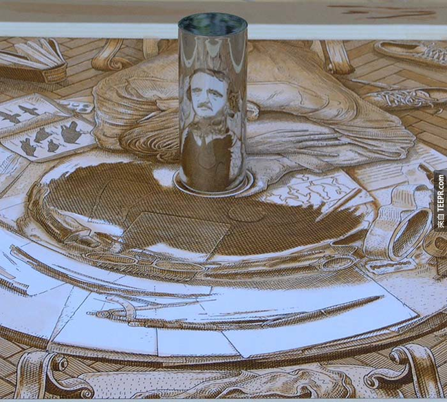 想要看這些藝術品的廬山真面目的話,看看它們旁邊的鐵柱上的反射吧。