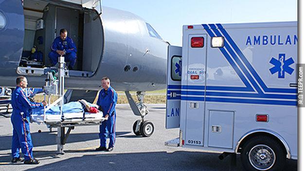 12.) 這絕對是一個超驚人的故事。兩位外科醫生在搭乘飛機時,只用了管子、衣架和白蘭地就順利完成了肺部手術。
