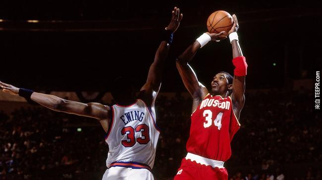 7.) 1994 年, NBA MVP Hakeem Oujowon 以 35 元美金售出他全部的個人系列球鞋,為的是避免 Nike 以更瘋狂的價格賣出。他的這項舉動確實幫助到了許多買不起球鞋給小孩的單親媽媽。