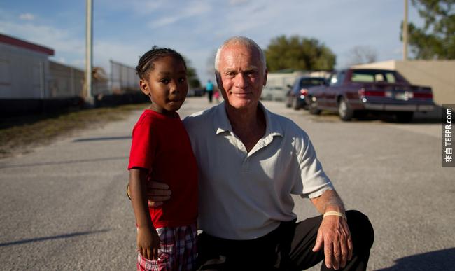 22.) 佛羅里達百萬富翁 Harris Rosen 改變了一個貧窮社區的未來,他提供這些清寒家庭的小孩免費的白天托兒照顧,也提供大學獎學金給這些孩子。而他的這一番作為,不但讓社區的小孩能讀到更多的書外,也讓犯罪率減少了許多。