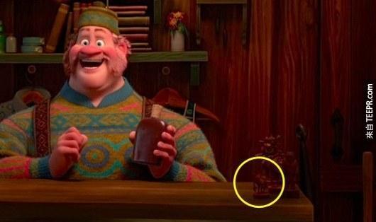 15. 在《冰雪奇緣》裡面的商店裡面可以看到《怪物電力公司》大眼仔的木雕像。